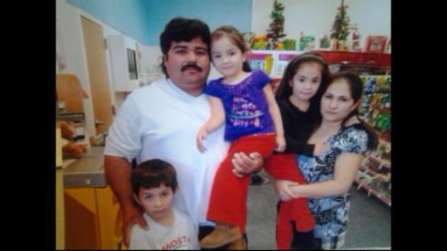 Jose Guillermo con su esposa y sus hijos ciudadanos Luis, Gloria, y Joselyn